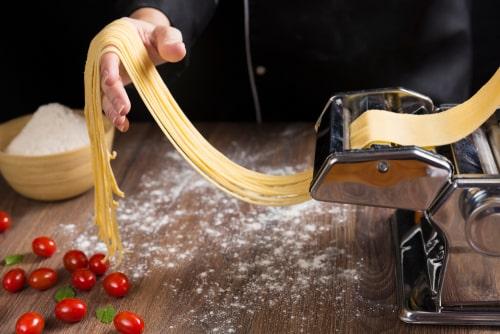 cómo usar una máquina de pasta